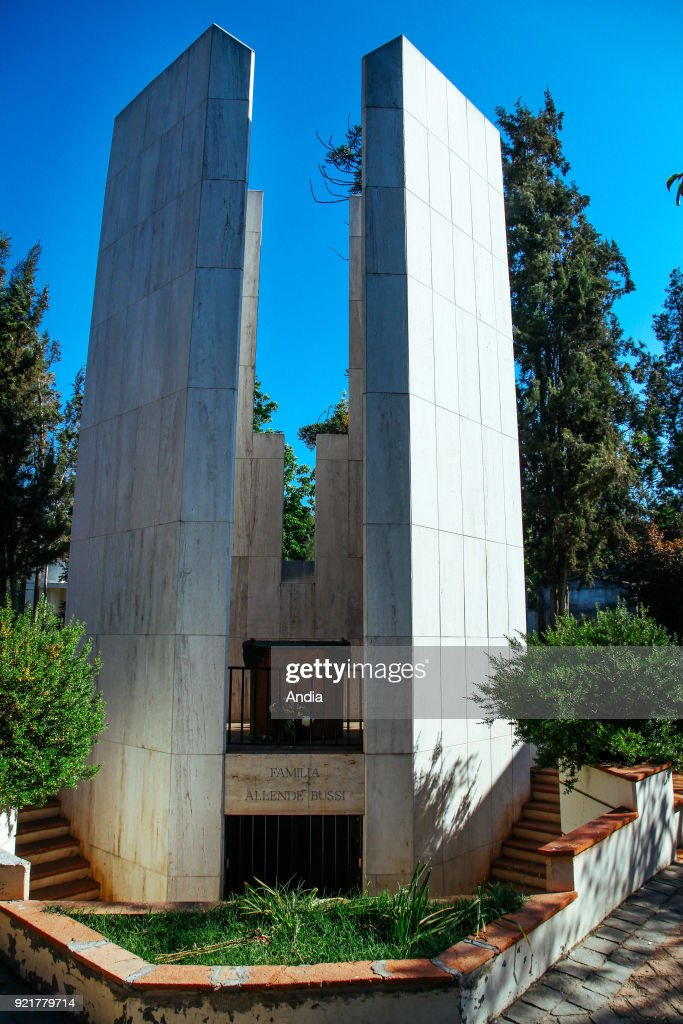 Cemetery with Salvador Allende's tomb. : News Photo