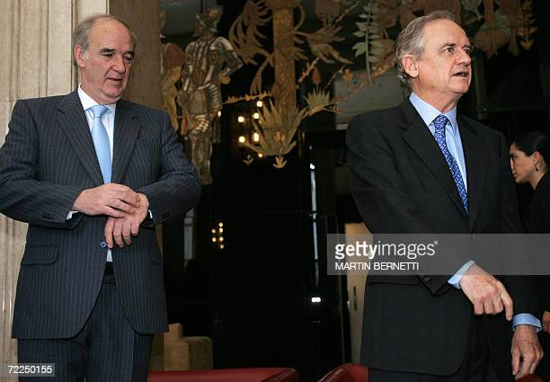 El canciller de Chile Alejandro Foxley y el canciller de Peru Jose Garcia Belaunde esperan para empezar una mesa de negociaciones en el Ministerio de...