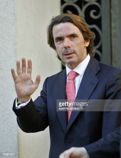 El ex presidente del Gobierno Espanol Jose Maria Aznar, saluda a la prensa a su ingreso al Palacio de La Moneda en Santiago, Chile, donde se reunira...