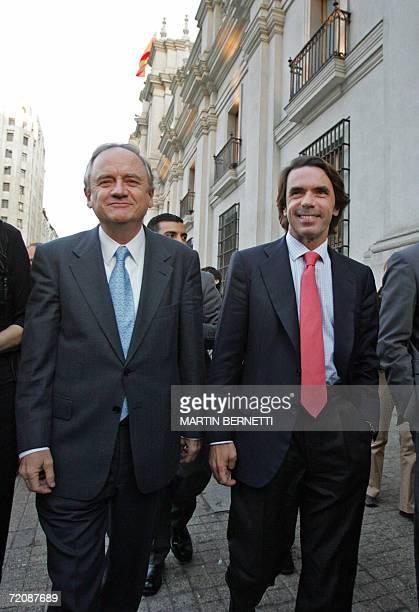 El ex presidente del Gobierno Espanol Jose Maria Aznar y el canciller chileno Alejandro Foxley caminan en las afueras del Palacio de La Moneda en...