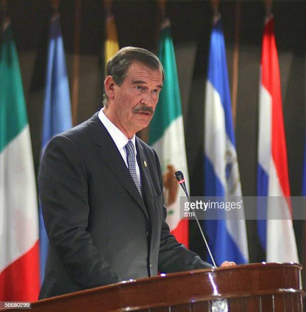 El presidente de Mexico Vicente Fox expone en la sede de la Comision Economica para America Latina en Santiago de Chile el 26 de enero de 2006 AFP...