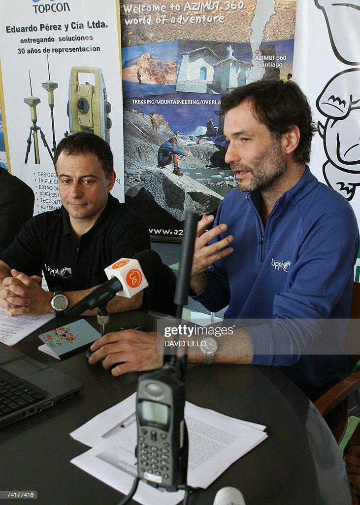 French climber Marc Turrel (R) speaks in... : Nachrichtenfoto