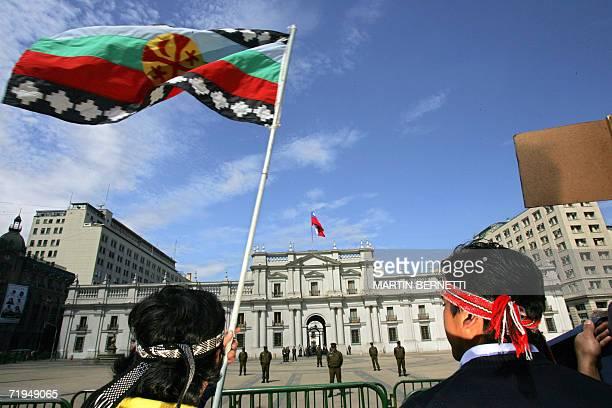 Indigenas Mapuches participan de una protesta contra el gobierno de Michelle Bachelet frente al palacio La Moneda en Santiago el 20 de septiembre de...