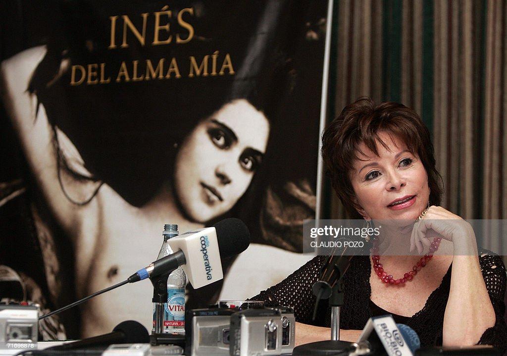 La escritora chilena Isabel Allende ofrece una conferencia de prensa el 22 de agosto de 2006 en Santiago para presentar su novela mas reciente, 'Ines del alma mia' basada en la vida de la espanola Ines Suarez, que participo en el siglo XVI en la conquista de America.