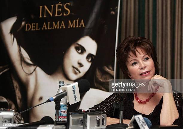 La escritora chilena Isabel Allende ofrece una conferencia de prensa el 22 de agosto de 2006 en Santiago para presentar su novela mas reciente 'Ines...