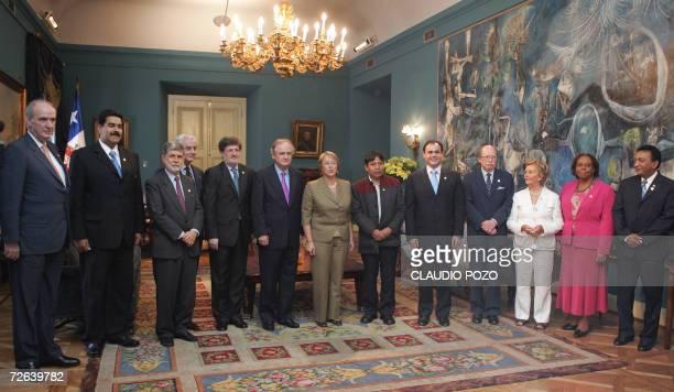 La presidenta de Chile Michelle Bachelet recibe en el palacio de la moneda en Santiago el 24 de noviembre de 2006 a los cancilleres de la Comunidad...