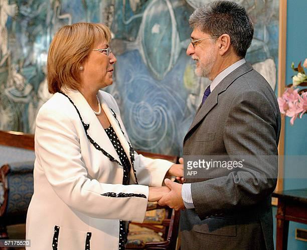 La presidenta de Chile Michelle Bachelet saluda al ministro de Relaciones Exteriores de Brasil Celso Amorim en el palacio de La Moneda en Santiago,...
