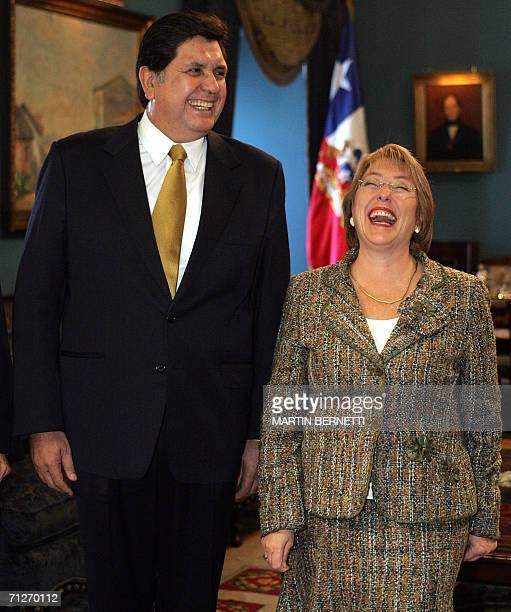 La presidenta de Chile Michelle Bachelet y el presidente electo de Peru Alan Garcia sonrien al inicio de una reunion en el Palacio de La Moneda en...