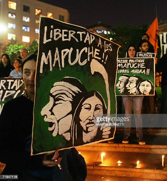 Mujeres muestran carteles mientras participa de un acto para reclamarle al gobierno la libertad de 4 dirigentes mapuches condenados a diez anos de...