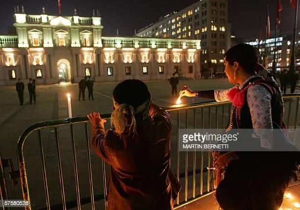 Una mapuche y su hijo prenden velas mientras participan de un acto para reclamarle al gobierno la libertad de 4 dirigentes de sus dirigentes...