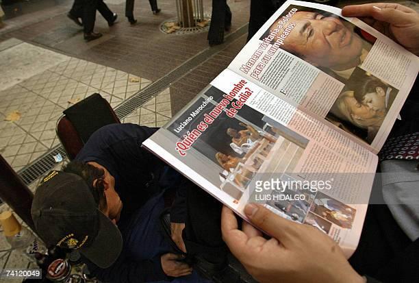 Una persona que se hace lustrar sus zapatos lee un ejemplar de la revista SQP en la cual aparecen fotos de la chilena Cecilia Bolocco ex Miss...