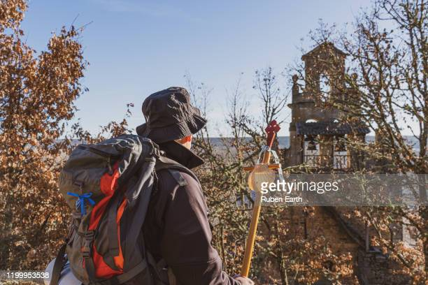 santiago de compostela pilgrim looking at a church - peregrino fotografías e imágenes de stock