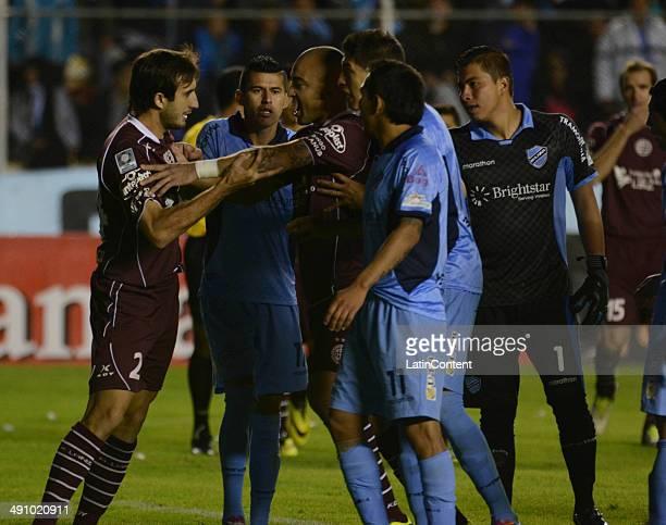 Santiago Silva of Lanús tries to calm Carlos Izquierdoz during a second leg quarter final match between Bol'var and Lanœs as part of Copa Bridgestone...
