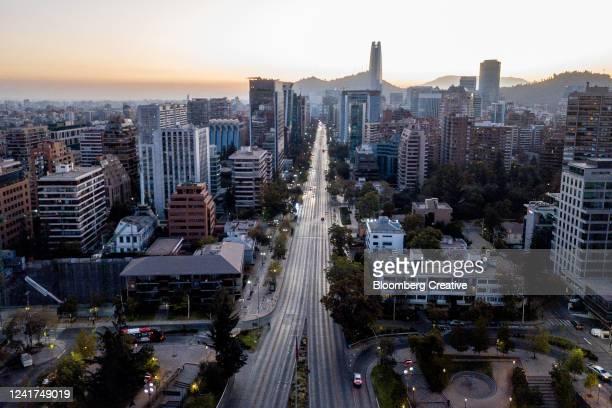 santiago skyline - chile stock-fotos und bilder