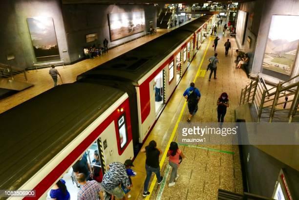 estação de metro de santiago - santiago região metropolitana de santiago - fotografias e filmes do acervo