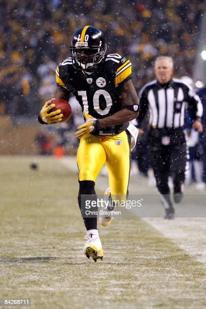 Santonio Holmes of the Pittsburgh Steelers returns a punt 67 yards for a touchdown in the first quarter against the San Diego Chargers during their...