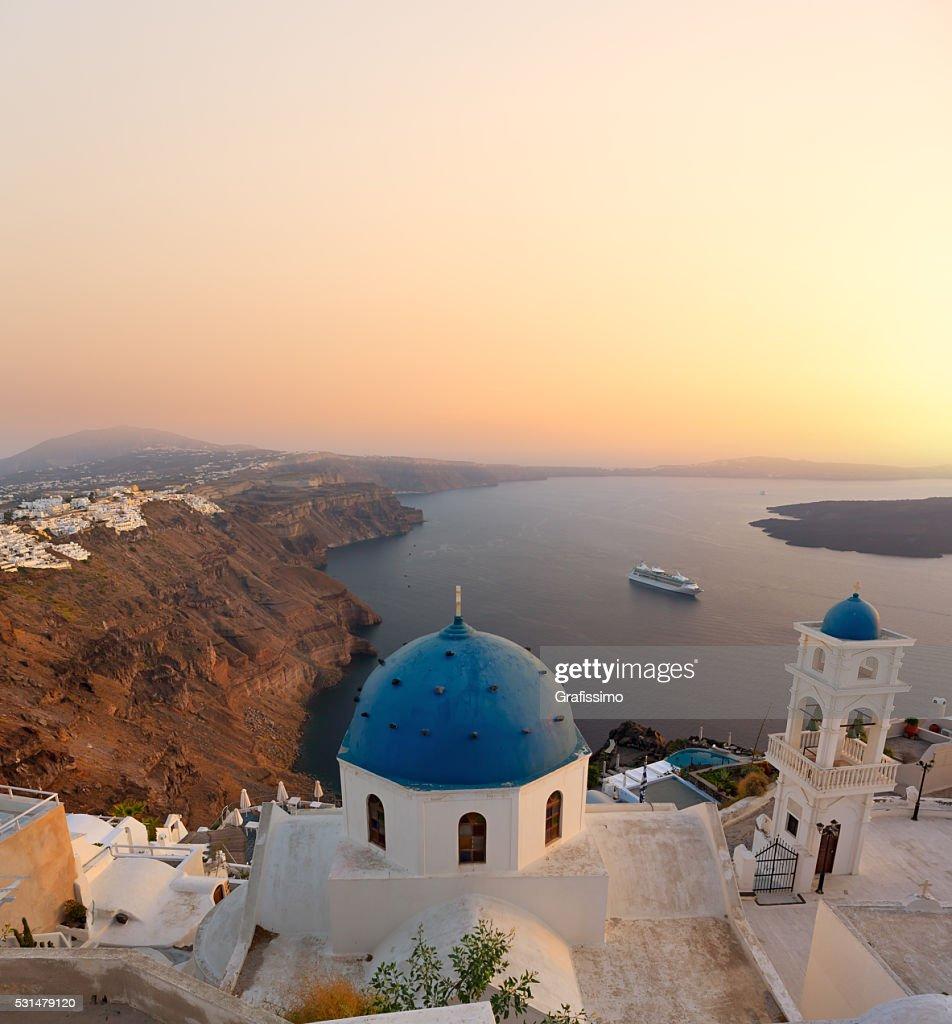 Santorini campana Torre y azul cúpulas de Oia en Grecia : Foto de stock
