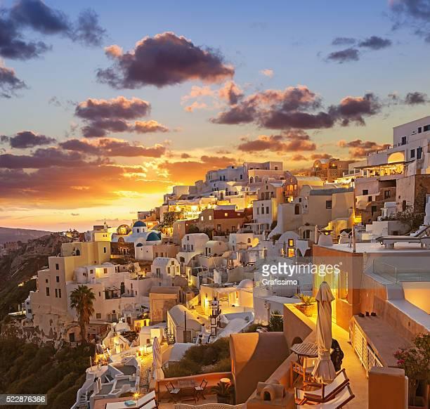 サントリーニの夕日の夜明けイアギリシャの村