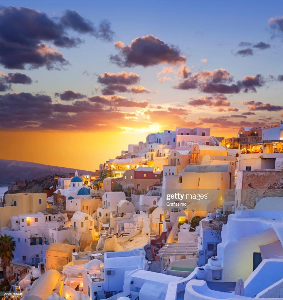 Santorini puesta de sol a través de la aldea de Oia en Grecia : Foto de stock