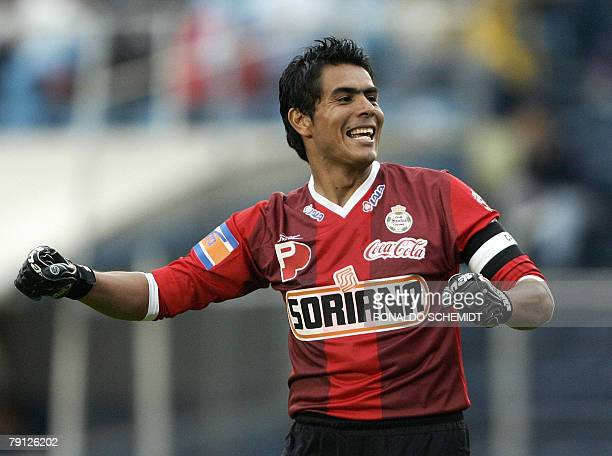 Santos' goalkeeper Oswaldo Sanchez celebrates a goal against Cruz Azul during the first date of the Mexican football league in Mexico City 19 January...