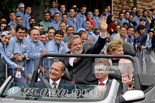 Sao Bernardo do Campo, BRAZIL: Brazilian President Luiz Inacio Lula da Silva waves at a crowd of employees of the German car giant Volkswagen, during...