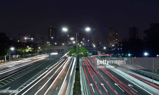 sao paulo, brazil - 23 de maio avenue at night - multiple lane expressway with light trails towards south - carlos alkmin stock pictures, royalty-free photos & images