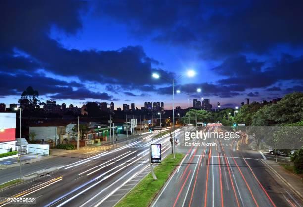 sao paulo, brazil - bandeirantes expressway towards the corporate district of brooklin novo / berrini - carlos alkmin stock pictures, royalty-free photos & images