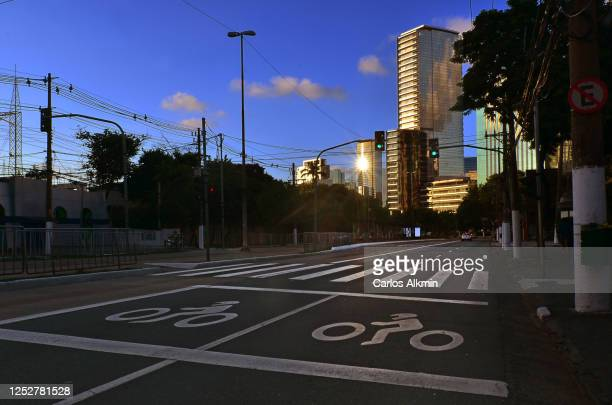 sao paulo, brazil - berrini avenue with no traffic and buildings with shiny glass façades - carlos alkmin stock pictures, royalty-free photos & images