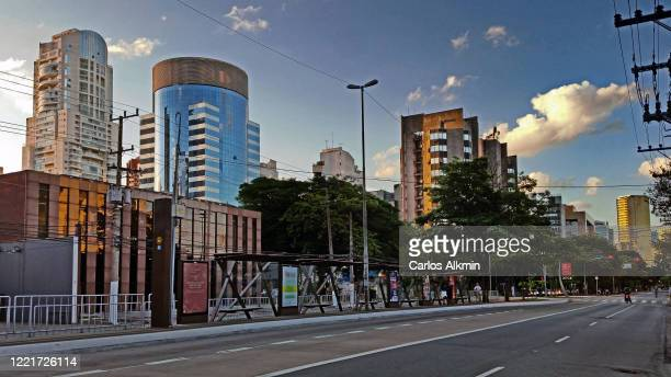 sao paulo, brazil - empty streets - perspective of berrini avenue with no traffic - carlos alkmin stock pictures, royalty-free photos & images