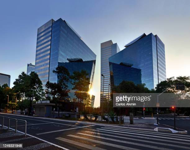 sao paulo, brazil - empty streets - perspective of chucri zaidan avenue with no traffic - carlos alkmin stock pictures, royalty-free photos & images