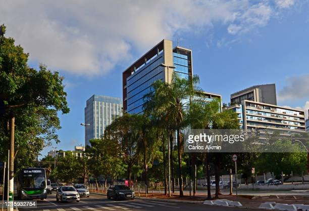sao paulo, brazil - faria lima avenue in the afternoon with light traffic - carlos alkmin stock pictures, royalty-free photos & images