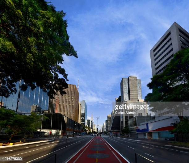 sao paulo, brazil - middle of paulista avenue with no traffic - carlos alkmin stock pictures, royalty-free photos & images
