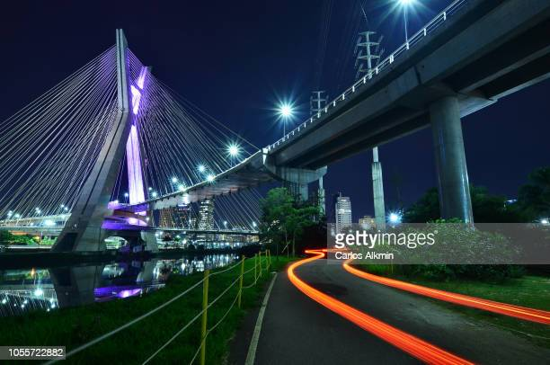 sao paulo, brazil - octavio frias de oliveira bridge at night with s-shaped light trail of a vehicle in movement - são paulo city stock pictures, royalty-free photos & images