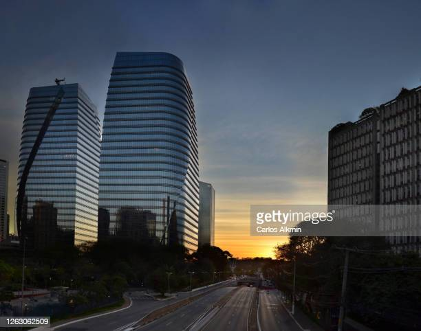 sao paulo, brazil - president juscelino kubitschek avenue with almost no traffic - carlos alkmin stock pictures, royalty-free photos & images