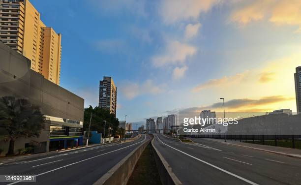 sao paulo, brazil - santo amaro avenue and viaduct with all lanes empty - carlos alkmin stock pictures, royalty-free photos & images
