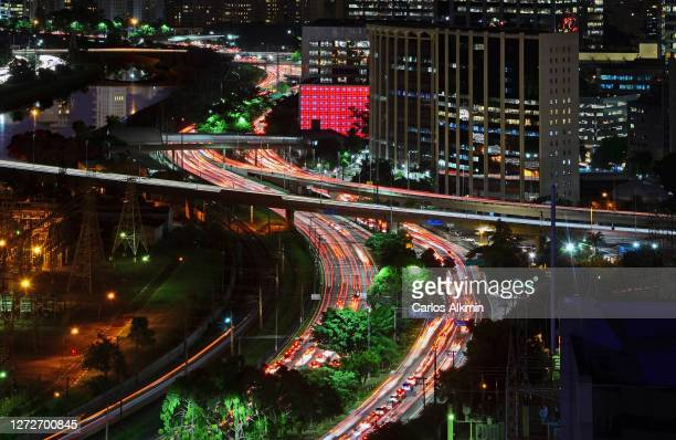 """sao paulo, brazil - serpentine curve of marginal pinheiros under aerial roadway """"ponte engenheiro ary torres"""" - carlos alkmin stock pictures, royalty-free photos & images"""