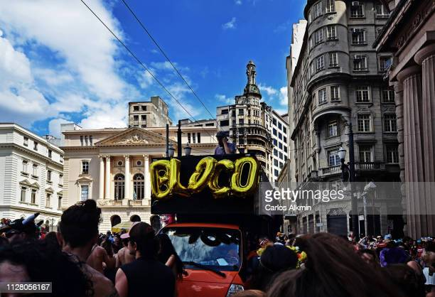 """sao paulo, brazil - street carnaval in the historic center - small """"bloco"""". - carlos alkmin stock pictures, royalty-free photos & images"""