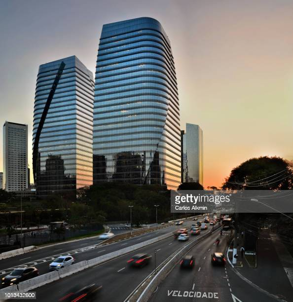 sao paulo, brazil - sunset version of a day and night series for president juscelino kubitschek avenue traffic - サンパウロ ストックフォトと画像