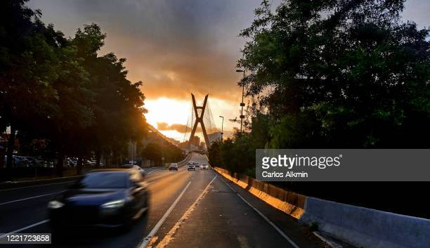 sao paulo, brazil - traffic coming from the iconic estaiada bridge, at dusk - carlos alkmin stock pictures, royalty-free photos & images