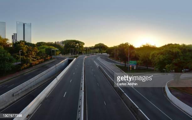 sao paulo, brazil - view towards cidade jardim bridge, with all lanes empty - carlos alkmin stock pictures, royalty-free photos & images