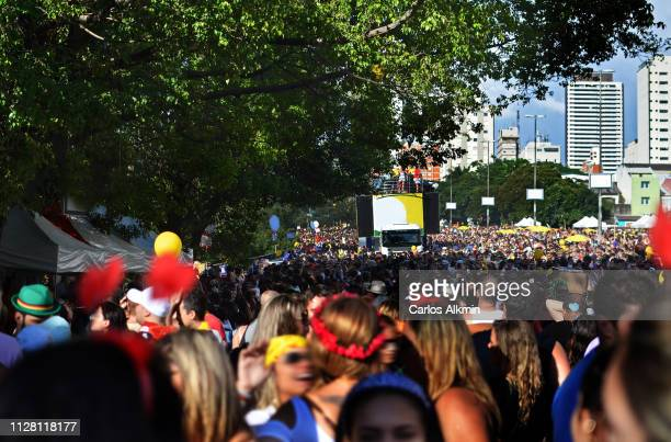 sao paulo - crowdy street carnaval on a sunny day - carlos alkmin stock pictures, royalty-free photos & images