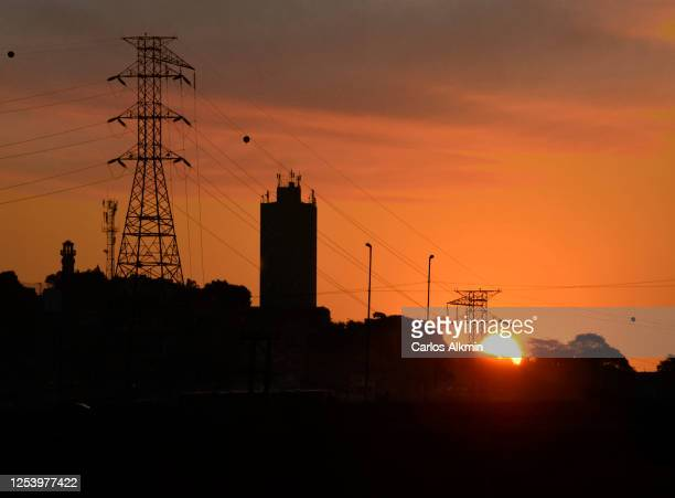 sao paulo - electricity poles and cables on an orange dusk sky - jaguare district - carlos alkmin stock pictures, royalty-free photos & images