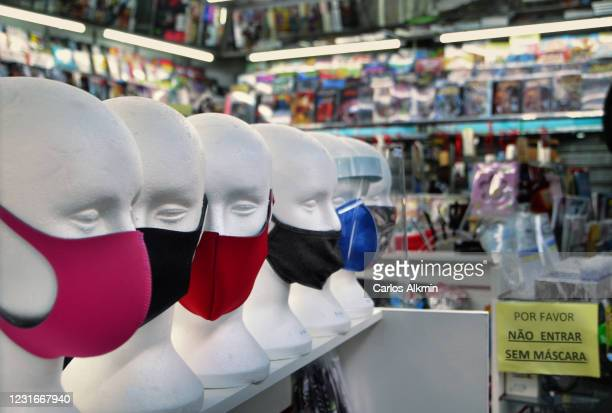 sao paulo - point of sale for protection masks usable during covid-19 pandemic, with signage to indicate obrigatory use of the product - carlos alkmin stock pictures, royalty-free photos & images