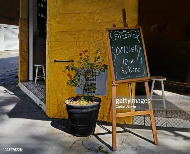 sao paulo - signage to indicate delivery in front of a small market - carlos alkmin stock pictures, royalty-free photos & images