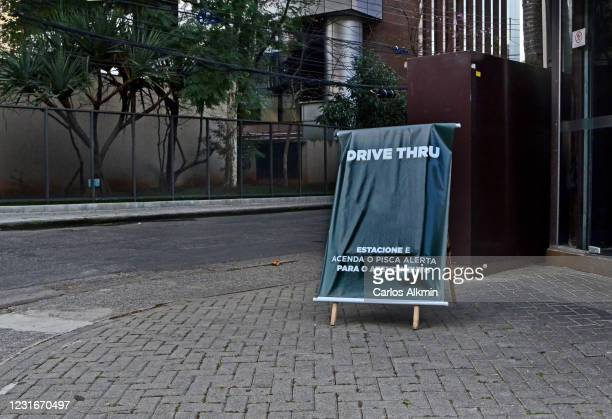 """sao paulo - signage to indicate """"drive thru"""" system in front of a restaurant - carlos alkmin stock pictures, royalty-free photos & images"""