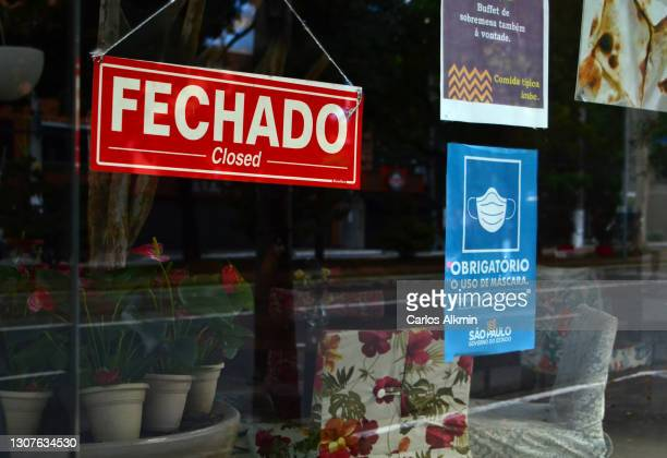 """sao paulo - signage to indicate the status """"closed"""" for a restaurant during covid outbreak. - carlos alkmin stock pictures, royalty-free photos & images"""