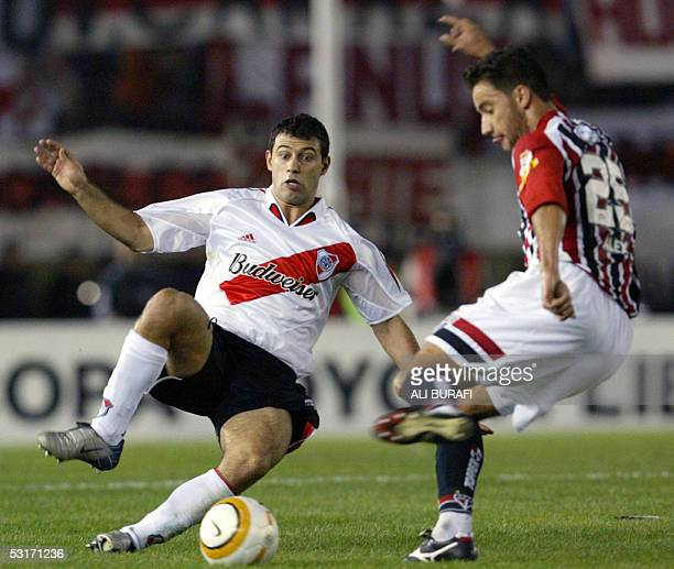 Sao Paulo's Alex vies for the ball with River Plate's Javier Mascherano 29 June 2005 during their Libertadores Cup semifinals match at Monumental...
