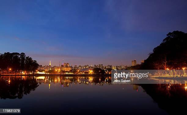 sao paulo's skyline reflected in the lake in ibirapuera park at dusk. - alex saberi bildbanksfoton och bilder
