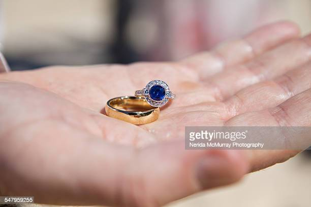 sapphire engagement ring and gold wedding band - saffier stockfoto's en -beelden