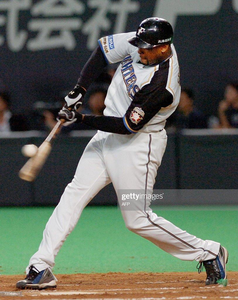 Former Yankees infielder Fernando Seguig : News Photo
